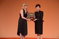 雲蒂.吉本斯女士代表2017年度「邵逸夫生命科學與醫學獎」得獎者伊恩.吉本斯教授領獎