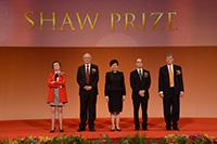 行政長官林鄭月娥女士與4位得獎者合照