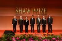 梁振英先生与6位得奖者合照