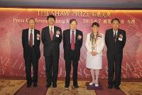 Professor S W Tam, Professor Kenneth Young, Professor Chen-Ning Yang, Mrs Mona Shaw and Professor Lin Ma at the press conference