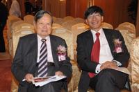 杨振宁教授与杨纲凯教授于2012年新闻发布会上合照