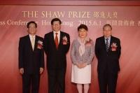 程伯中教授、杨纲凯教授、邵方逸华女士与陈伟仪教授于记者会上合照