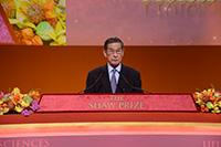 「邵逸夫奖」评审会主席简悦威教授于颁奬典礼中致欢迎辞