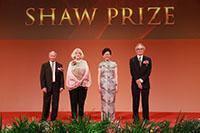 行政长官林郑月娥女士与3位得奖者合照